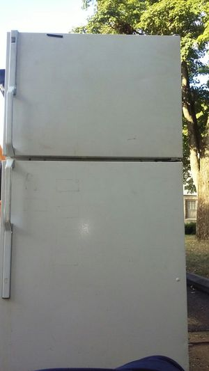 GE REFRIGERATOR NEEDS REPAIRED for Sale in Columbus, OH