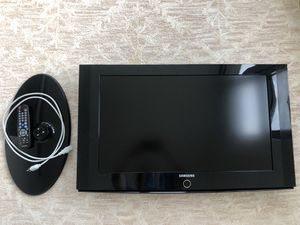 """Samsung 40"""" TV and Wall Mount for Sale in Chicago, IL"""