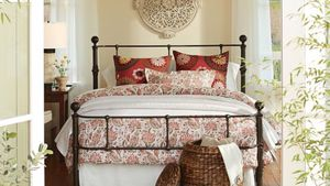 Pottery barn California King Size bed for Sale in Apple Valley, CA