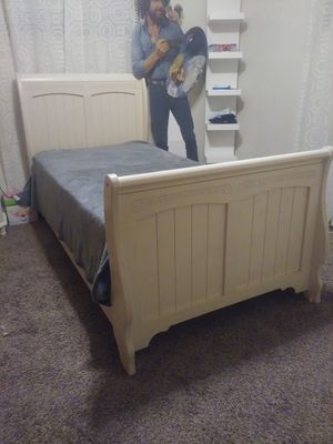 TwiN Bed aNd DreSSer for Sale in Fresno, CA