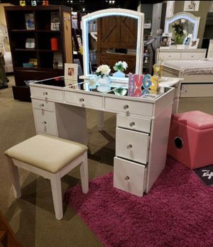 White Mirror Top Vanity Set W/ Stool for Sale in Fresno, CA