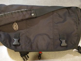 Timbuk2 Classic Shoulder Messenger Bag Size M Black for Sale in Issaquah,  WA