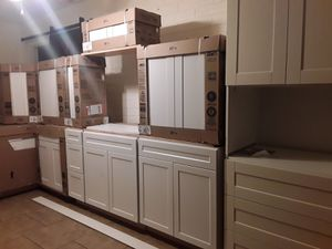 🏡GORGEOUS BRAND NEW WHITE SHAKER KITCHEN CABINETS///COCINA 🏡 for Sale in Phoenix, AZ