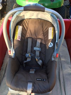 Graco baby car seat with 2 car bases for Sale in Corinna, ME