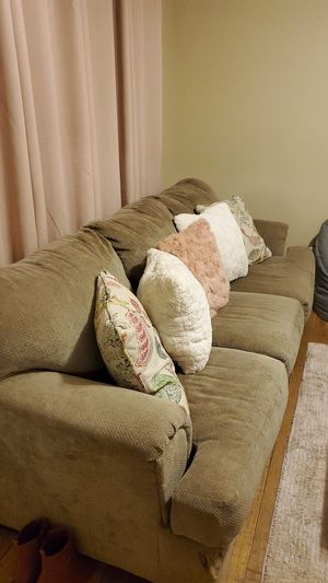 FREE COUCH-Must Pick Up for Sale in Clovis, CA