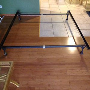 Queen bed frame 70x60 for Sale in Glendale Heights, IL