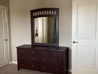 Dresser With Mirror for Sale in Oregon City,  OR
