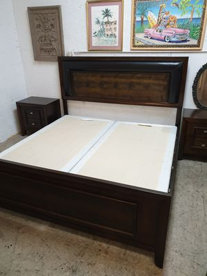 King size bedroom set solid wood in excellent condition ! for Sale in Plantation, FL
