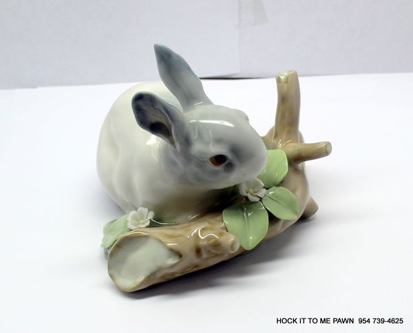 LLADRO Bunny Rabbit Crouched By Log Figurine
