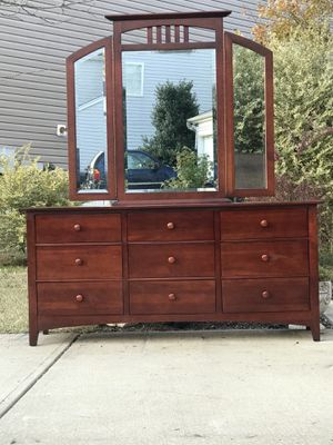 Real wood Kincaid Dresser with 9 Smooth Drawers and Mirror. Excellent condition. Delivery available. Hablar Espanol. 70 Lx19.5 Wx32H for Sale in Raleigh, NC