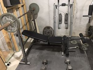 WEIGHT BENCH WITH 4 - 45LB WEIGHTS & A 45LB BAR for Sale in Snellville, GA