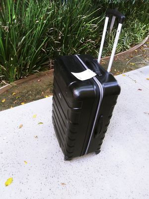 High serria spinner suitcase for Sale in Rancho Cucamonga, CA