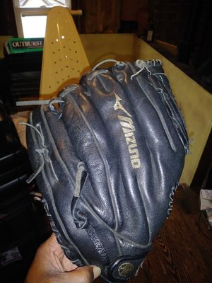 Baseball glove new for Sale in Cleveland Heights, OH