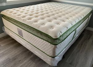 Queen élite organic superior plush hybrid gel pillow top mattress and boxpring for Sale in Fresno, CA