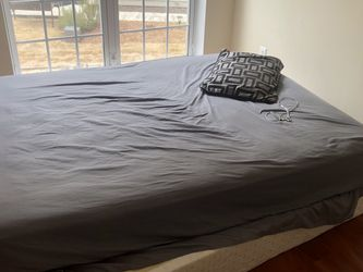 Queen Size Box Spring And Mattress Great Condiciones for Sale in Lawrenceville,  GA
