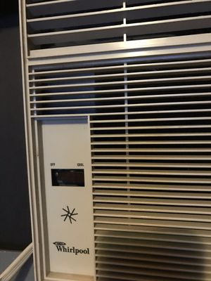 Whirlpool Window Ac Unit gets very cold for Sale in St. Louis, MO