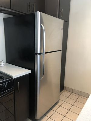 Frigidaire Ft. Stainless Steel Top Freezer Refrigerator for Sale in Los Angeles, CA