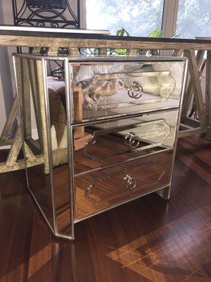 Like New Mirrored Chest Drawers . for Sale in Atlanta, GA