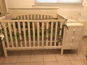 Barely used. Crib has attachable changing table with 2lower drawers White for Sale in San Antonio, TX