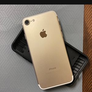Gold iPhone 7 128 GB for Sale in Los Angeles, CA