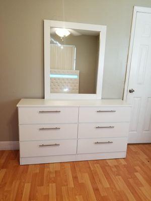 Comoda con espejo... Dresser with mirror for Sale in Miami, FL