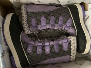 Girls snow boots SIZE 2 for Sale in Las Vegas, NV