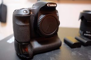 CANON 60D With Battery Grip and 2 extra prime lenses for Sale in Seattle, WA