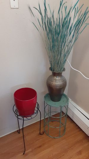 Plant stands ,vase ,straw, pot. for Sale in Aurora, CO
