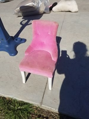 Pink kids chair zoom in picture needs cleaning for Sale in Rialto, CA