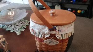 Round longaberger basket with cover cotton liner and clear plastic liner for Sale in Zephyrhills, FL