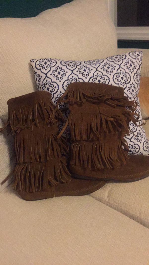 Minnetonka fringe boots size 9