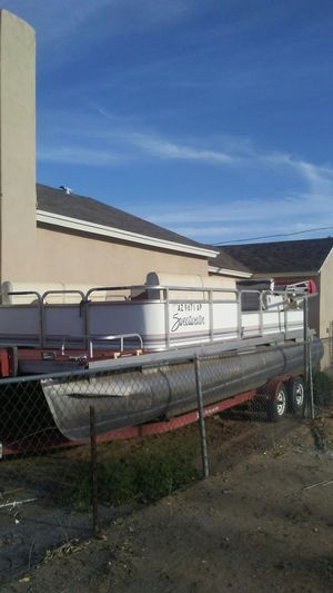 PONTOON BOAT SWEETWATER 24ft. SEATS 14 CAN PULL A TUBE GOOD CONDITIION for Sale in Phoenix, AZ