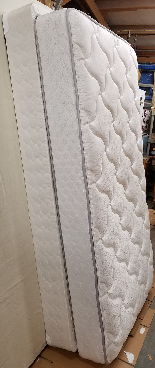 Twin- Sealy Back Saver Mattress Set- Like new- Port Orchard Pick up