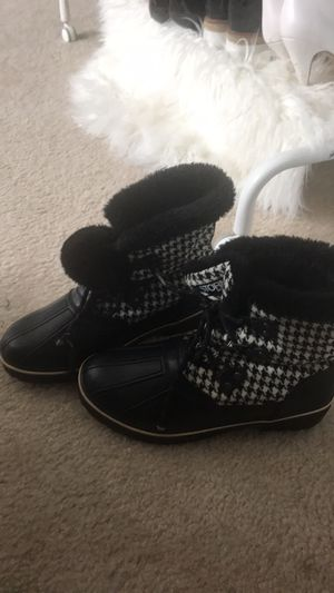 Size 9 snow boots for Sale in Laurel, MD