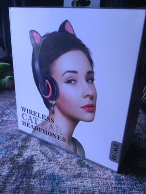 Wireless 7 color light up Cat headphones brand new/never used for Sale in Brunswick, OH