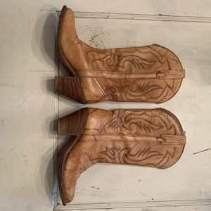 Size 8-1/2 women's cowboy boots vintage leather for Sale in Tacoma, WA