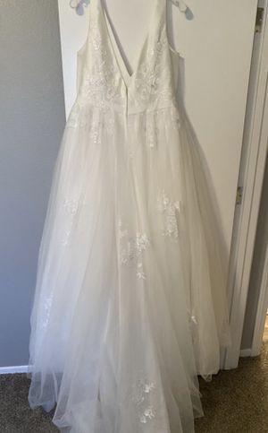 David's Bridal ivory v neck wedding dress (never worn) for Sale in Las Vegas, NV