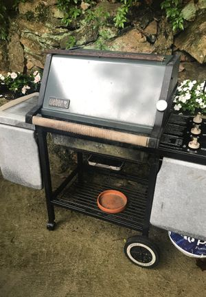 Weber pre owned grill w full gas tank for Sale in Stamford, CT