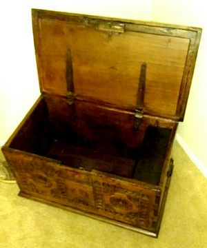 Antique sewing Chest for Sale in UPPER ARLNGTN, OH