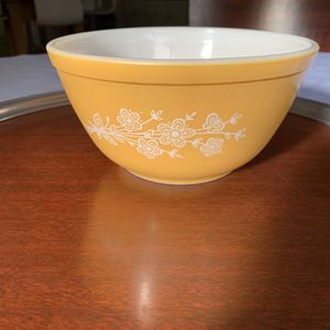 Vintage Butterfly Gold 2 Pyrex 402 Bowl for Sale in Tulalip, WA