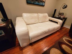 WHITE LEATHER DESIGNER LOVE-SEAT FOR SALE-$260(Hollywood / Hancock Park) for Sale in West Hollywood, CA