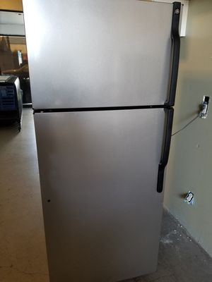 Newer model GE Silver top freezer refrigerator very clean works great for Sale in Lakewood, CA