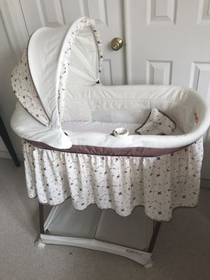 Simmons Kids SlumberTime Gliding Bassinet for Sale in Fairfax, VA