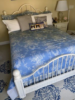 Moving Sale. 1 king, 1 queen bedroom set with comforter for Sale in Orlando, FL