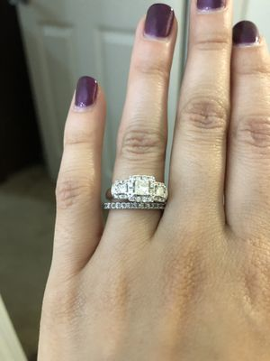Vera Wang Wedding Ring Set for Sale in Raleigh, NC