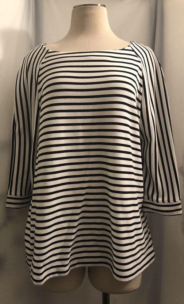 Blusa blanca con rayas negras