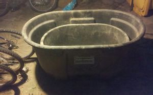 Life stock water trouf 100 gallon rubber maid and deicer for water trouf for Sale in Logan, OH