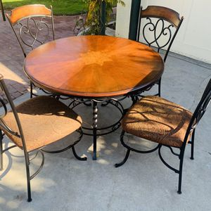 BEAUTIFUL ROUND DINING TABLE WITH CHAIRS for Sale in Fresno, CA
