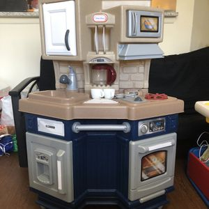 Little Tikes Super Chef Play Kitchen with 13 Piece Accessory Play Set for Sale in South Brunswick Township, NJ