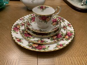 60 piece China set. Coffee pot, Tea pot & serving Tray. Old Country Roses, Royal Albert. Fine China for Sale in GREYSTONE PARK, NJ
